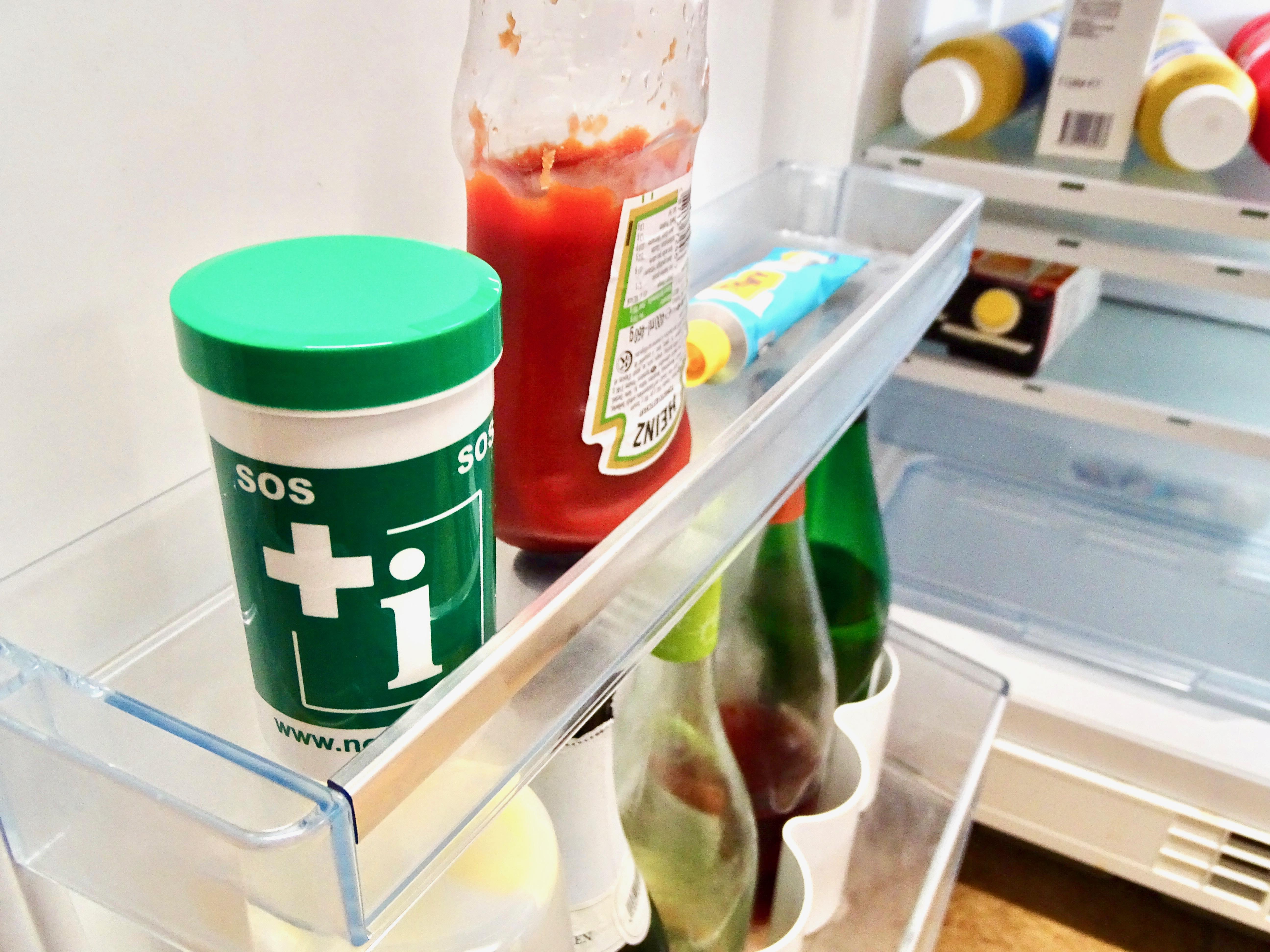 Kühlschrank Dose : Mini kühlschrank voller flaschen und dosen bier isoliert auf weiß